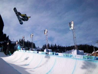 Huge airs getting thrown down at men's snowboard half pipe